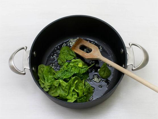 Finhakk hvitløk og vask spinat, og fres i olje i ca. 2-3 min. Krydre med salt og pepper.