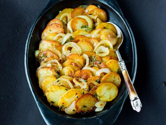 Sett ovnen på 200 grader. Skrell og skjær poteter og løk i ½ cm tykke skiver.