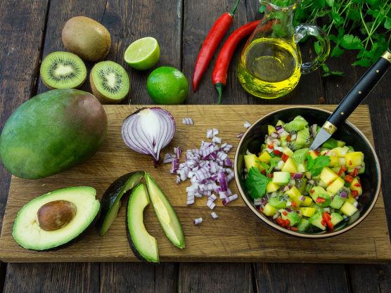 Fjern skallet på avokado, mango og kiwi og skjær kjøttet i små terninger. Finhakk rødløk og chili. Hvis du vil ha en sterk salsa tar du med frøene fra chilien. Ha ingrediensene i en bolle og rør inn limejuice, olivenolje og frisk koriander. Smak til med litt salt.