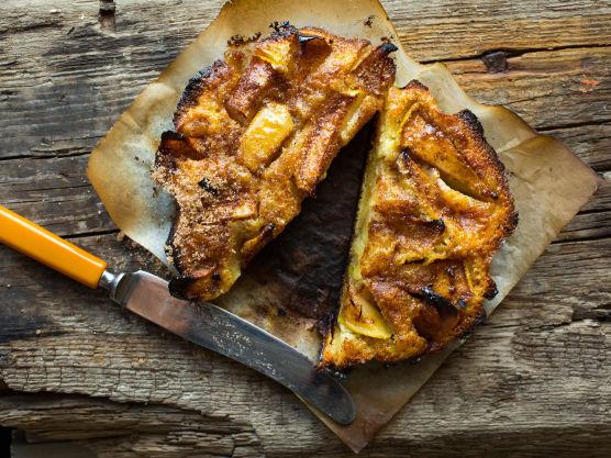 Dytt eplene godt ned i røren og dryss ev. rester av sukker over til slutt. Bak på middels varm grill, ca. 180 grader, under lokk. La kaken stå i god avstand fra varmekilden slik at den ikke får for høy undervarme og blir brent på undersiden. Steketiden er ca. 35 minutter, men det vil variere, så følg med på kaken underveis. Kaken kan også stekes i ovn på 180 grader. Kaken er ferdigstekt når overflaten er pent gyllen og virker fast når du tar på den.