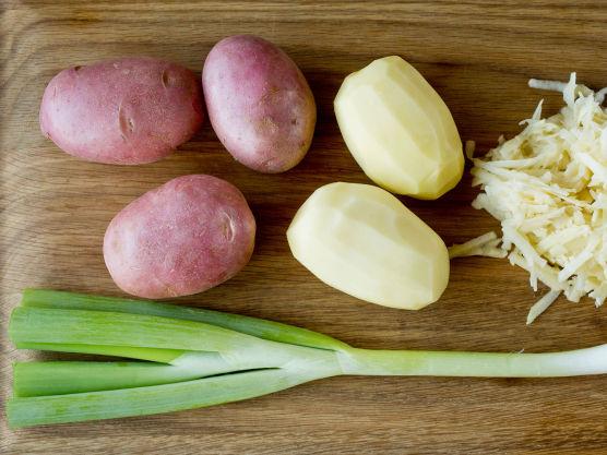 Skrell og riv potetene på et rivjern. Klem ut mest mulig væske av de revne potetene.