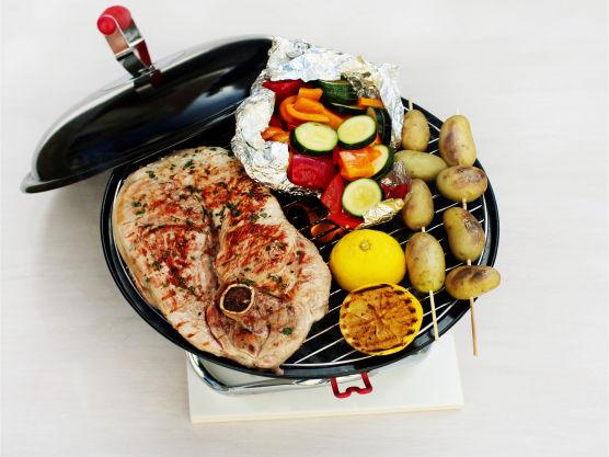 Del sitronen i to, grill eller stek dem med snittflatene ned og klem saften over flintsteken. Serveres med aioli.