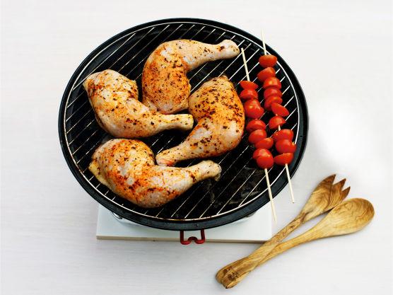 Grill kyllinglårene i ca. 8 min. på hver side, eller stek i ovnen på 225 °C i ca. 20 min. La tomatene grille eller steke med etter halve steketiden.