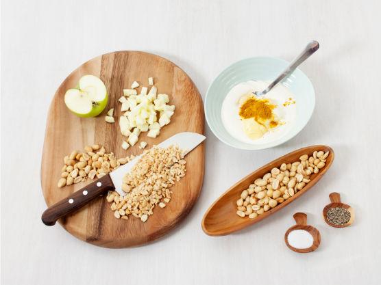 Hakk peanøtter, skjær eplet i små terninger og rør sammen peanøttsausen. Smak til med salt og pepper.