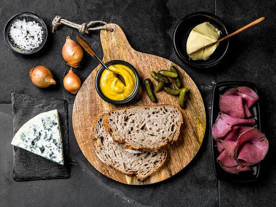 Ostesmørbrødet kan stekes i stekepanne eller du kan bruke et ostesmørbrødjern om du har det.