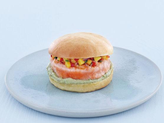 Fordel 2 ss avokadokrem på nederste del av hamburgerbrødet. Legg på lakseburgeren, og topp med mangosalsa.