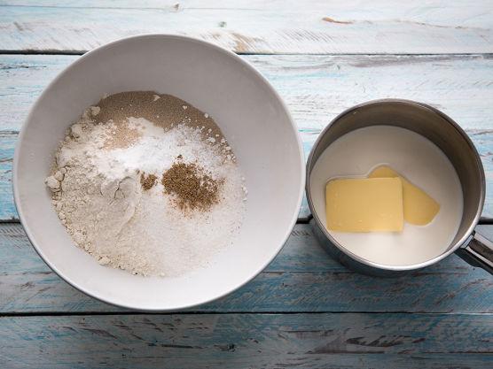Ha de tørre ingrediensene i en stor bakebolle og bland sammen. Smelt smør sammen med melk i en kjele. Væsken skal holde 37 grader. Hell det i de tørre ingrediensene og rør godt sammen. Elt deigen godt til den er blank og smidig på et melet bord, eller i kjøkkenmaskin med eltekrok.