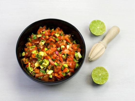 Finhakk urter og chili, skjær grønnsakene i terninger, og bland med limesaft.
