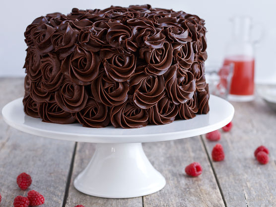 Pisk alle ingrediensene, unntatt sjokolade og kremost, sammen i 5 minutter. Smelt sjokolade i vannbad og tilsett dette, pisk i 2 minutter til. Tilsett kremost og pisk til det er godt blandet. Men vær forsiktig, her kan frostingen skille seg.