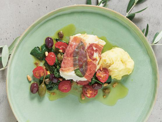 Legg i tomater delt i to. Tilsett finhakket hvitløk, 1 ss finhakkede kapers, 1 ss hele kapers og la surre i 2-3 minutter på middels varme. Tilsett spinat og la surre til spinaten faller sammen.