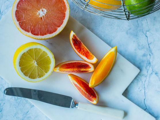 Rens og skjær avokadoene i skiver eller terninger. Skjær av skallet på sitrusfruktene og skjær frukten i jevne biter, eller skjær ut hinnefrie fileter. Bland sammen avokado, sitrus, rucculasalat og basilikumblader. Drypp over dressing og server.