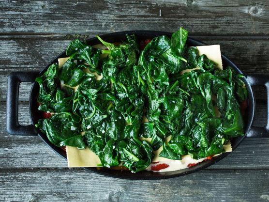 Legg på en ny pastaplate, spinat, cottage cheese-blanding og tomatsaus.