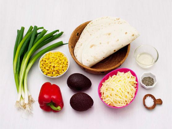 Vegetarisk oppskrift på tex-mex favoritten quesadillas. Quesadillas er så enkelt som ostefylte tortillas og fyllet kan varieres. Dette må legges inni før du steker disse herlighetene enten i panna eller på grillen.