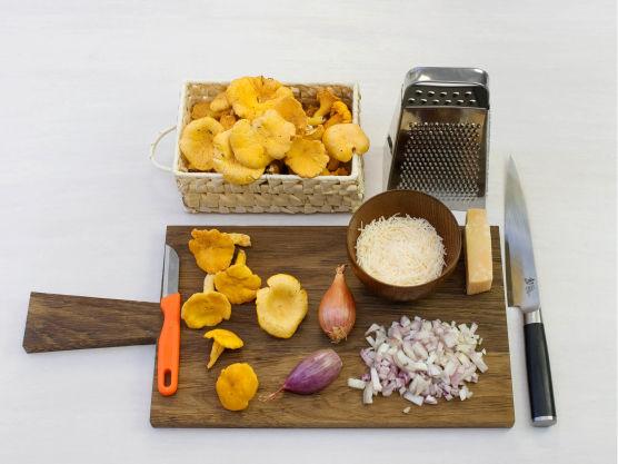 Lag deretter sopp risottoen. Rens, del og stek sopp i smør i en stekepanne. Krydre med salt og pepper. Finhakk sjalottløk og riv parmesan.