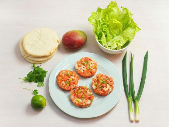 En sunn og lett burger av deilig fersk laks, reker og vårløk! Bytt gjerne ut mangsosalsa med dressing etter egen smak. Bruk gjerne lakseburgere fra fiskedisken på Meny eller lag selv!