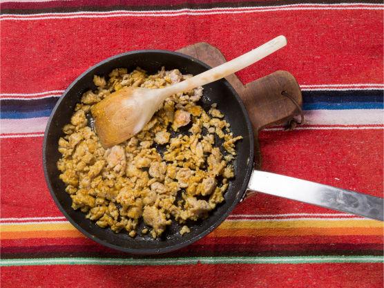 Stek kjøttdeigen i en panne og tilsett nøttene og glaze (Flying Culinary Circus).