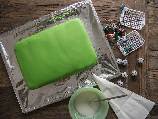 Tegn opp strekene på banen med melisglasur og sprøytepose.
