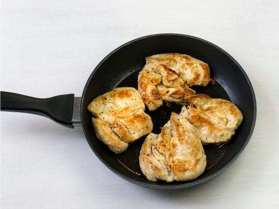 Brun kylling i en stekepanne, ca. 3-4 min på hver side.Server med råkostsalat.