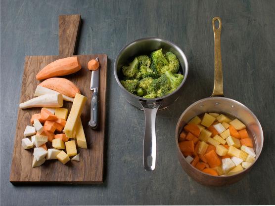 Del brokkoli i buketter, kok dem møre i vann, ca. 5 min. Skrell og skjær rotfrukt i små biter, kok dem møre i vann, ca. 10-12 min. og hell av.