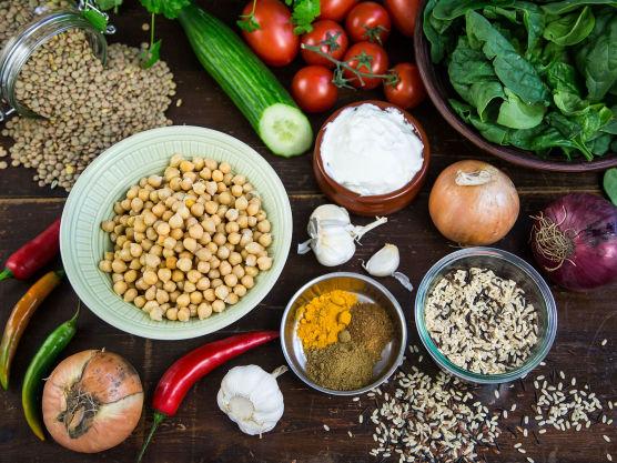 Å lage sin egen indiske currybase er ikke vanskelig. Det tar to minutter med en stavmikser. Indiske krydder gir kikertene et smaksløft!
