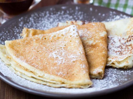 Rør inn eggene og tilsett resten av melken. La røren svelle/hvile i ca. 30 minutter for best resultat.