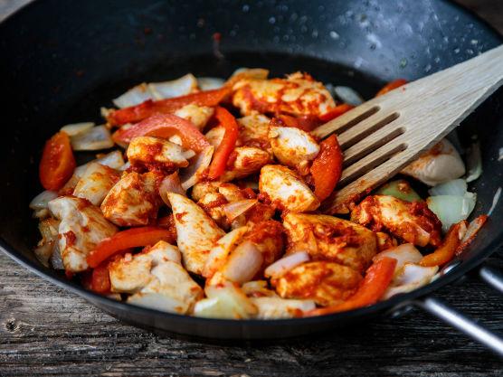 Vend kyllingen godt med de tørre krydderne og curry paste. Wok dette i en skikkelig varm panne. Tilsett chili, hvitløk, løk og paprika og la det hele frese til grønnsakene er myke og kjøttet har fått en fin gylden farge.