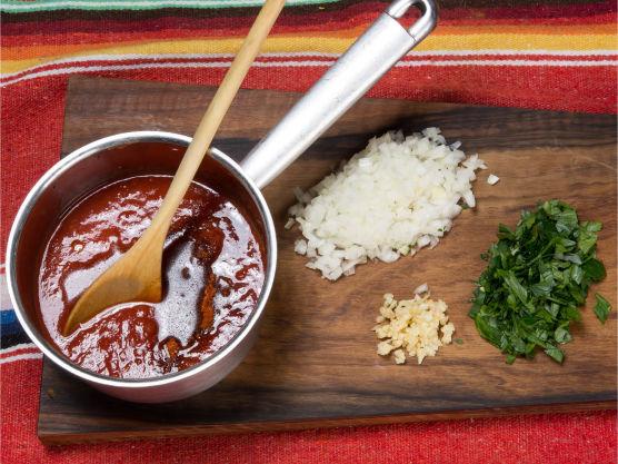 Ha bokstomat i en kjele med sukker, finhakket løk og hvitløk samt olivenolje og småkok i 10 min.