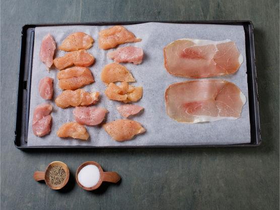 Skjær kyllingfilet i skiver, krydre med salt og pepper, legg kyllingskivene og spekeskinke hver for seg på et stekebrett. Stek i ovnen 180 °C til kyllingen er gjennomstekt og skinken sprø, ca. 8-10 min.