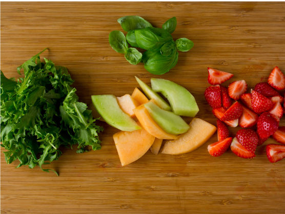 Del melon og jordbær i biter. Lag en fristende, frisk sommersalat med blandet, grønn salat, ruccula, melon og jordbær. Bruk gjerne flere typer melon.