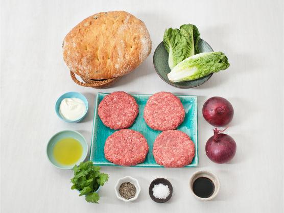 Ferdigbakt focaccia egner seg godt som hamburgerbrød! Varier focaccia med annet mykt og godt brød