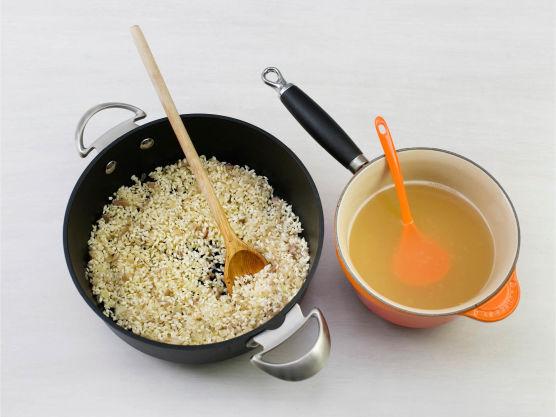 Fres ris og løk i smør til den er blank, tilsett vin og kok inn. Spe med kokvarm kraft under stadig omrøring, til risen er knapt mør og risottoen er flytende, ca. 15-18 min. Ta av varmen, rør inn smør og parmesan og smak til med salt og pepper. Ha i soppen og server til lammesteken.