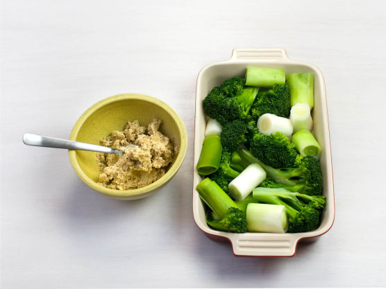 Riv parmesan og det gule skallet av sitronen, og bland med sitronsaft, smør og brødrasp. Krydre med salt og pepper og fordel blandingen over grønnsakene. Gratiner i ovnen på 225 °C i ca. 15 min.