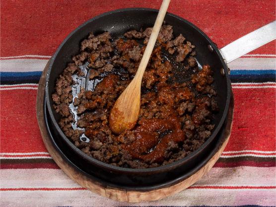 Stek kjøttdeigen og tilsett chilimania glaze. Legg en god skje kjøttdeig i hver tortilla og rull sammen, men spar litt av kjøttsausen.