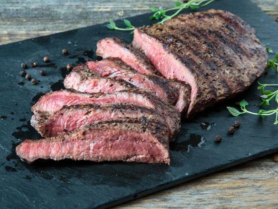 Skjær kjøttet i skiver.