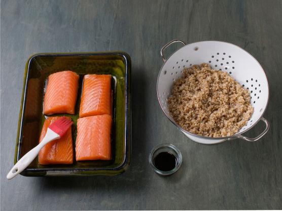 Kok byggryn etter anvisning på pakken, la renne av. Skjær laksen i biter, legg den i en ildfast form, pensle med teriyakisaus.