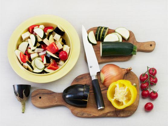 Forvarm ovnen til 175 °C. Bland provencekrydder, dijonsennep, soyasaus, hakket hvitløk, 3 ss olivenolje, brødrasp og pepper, og smør det jevnt over lammelåret.