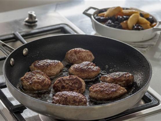 Del eple i båter. Stek dem sammen med svisker i en panne med smør.