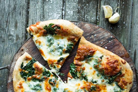 Stek pizzaen på midterste rille i ovnen ved 250 grader til den er sprø og gyllen, ca. 8–10 minutter.