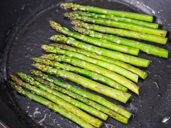 Fres aspargestoppene i litt olivenolje i en panne i 1-2 minutter, med salt og pepper.