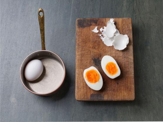 Hardkok, skrell og del egg.