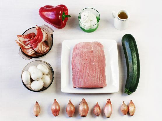 Svinefilet er magert og godt, fylt med kremost og surret med bacon blir kjøttet ekstra saftig. Prøv gjerne ferdig baconsurret svinefilet fra ferskvaredisken hos MENY. Eplebiter på grønnsaksspydene er også kjempegodt.