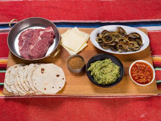 Bak små tortillas eller stikk ut fra ferdige som du deretter vender i en varm, tørr panne. Hold dem varme i aluminiumsfolie. Til fajitas serveres alltid tortillaene for seg, slik at folk selv kan forsyne seg med kjøtt.