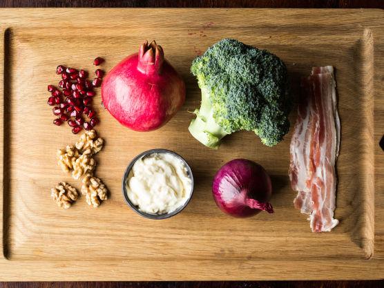 Skjær bacon i biter og sprøstek. Finhakk rødløk, hakk valnøtter. Rens brokkolien og del den i minibuketter.