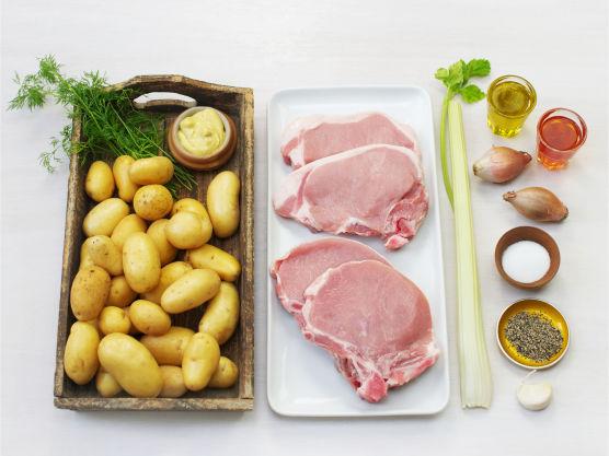 En god og enkel middag. Varier vinaigretten med urter og krydder, bytt sennep med crème fraîche eller bruk ferdigkjøpt. Blir det rester igjen kan du blande kotelettstrimler i potetsalaten, den er like god kald.