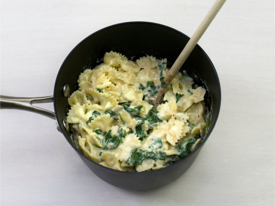 Til slutt lager du ostesaus. Smelt smør i en kjele, rør inn melet og spe med melk. Kok opp og la småkoke under omrøring i ca. 8 min.