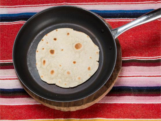 Stek dem i en tørr panne på medium varme på begge sider til gyllenbrune prikker kommer frem, maks 30–40 sek på hver side.