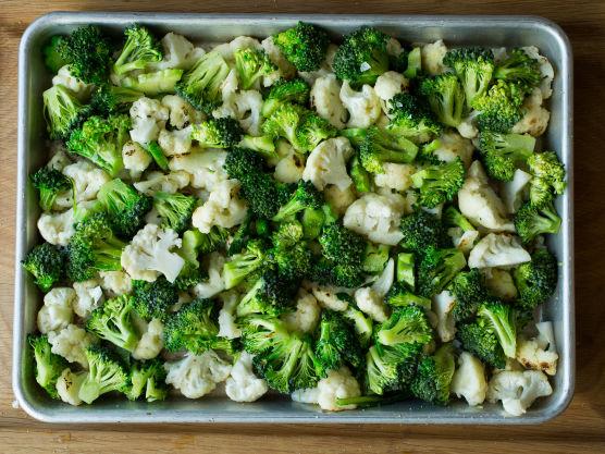Sett over en kjele med lettsaltet vann. Kok blomkål og brokkoli møre (ca 4-5 minutter), avkjøles i isvann, legges over i en ildfast form.