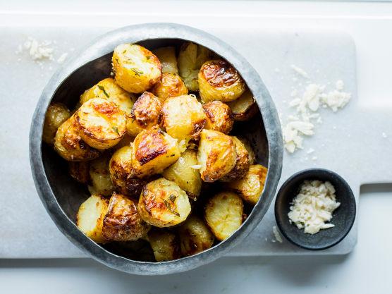 Bland alt godt sammen slik at olje, ost og rosmarin blir jevnt fordelt på potetene.