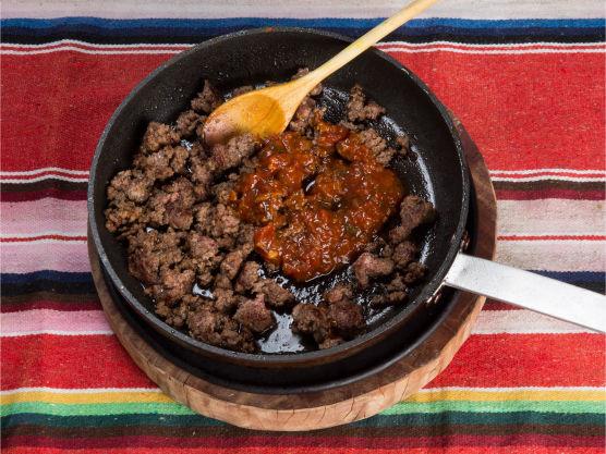 Stek karbonadedeigen med tacokrydderet. Tilsett salsaen når kjøttet er ferdigstekt.