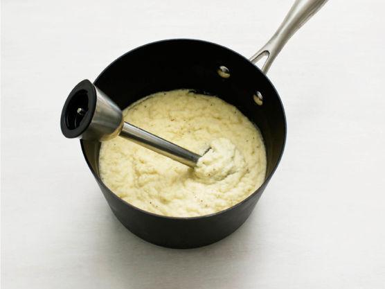 Hell av kokevannet, ha i 3 ss smør og fløte og mos til fin pure. Smak til med salt og pepper.